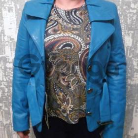 Женская кожаная куртка на пуговицах бирюзового цвета